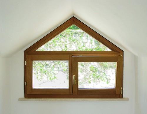 Finestra in legno con sopraluce triangolare