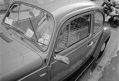 (buttha) Tags: bw film car analog 35mm volkswagen blackwhite automobile 33 beetle bn diafine 135 maggiolone biancoenero kfer fusca konicahexarrf vocho maggiolino analogico fujifilmneopan400 zeissbiogon28mmf28 reflectaproscan7200 bwfp fujifilmneopan400640