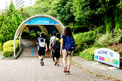 Shinagawa Aquarium Entrance :  (Dakiny) Tags: japan tokyo shinagawa shinagawaku katsushima outdoor city street park aquarium shinagawaaquarium people nikon d7000 nikkor 35mm f18g afsdxnikkor35mmf18g nikonafsdxnikkor35mmf18g club it