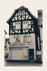 Anton Nies (BKFofOF) Tags: x100t fujifilmx100t architektur wetterau hessen fachwerk oberhessen schaufenster nidda schwarzweiss