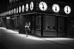 Le voyageur (Bernard Chevalier) Tags: voyage city newyork silhouette night solitude passage rue nuit emptiness ville homme mouvement heure trottoir vide passant urbain piéton voyageur