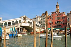 Venice : The Rialto bridge - 3 - (Pantchoa) Tags: bridge venice italy nikon italia taxi ponte nikkor venise venecia venezia grandcanal rialto veneto d90 hotelrialto vntie pantchoa 1685f3556gedvr rememberthatmomentlevel1