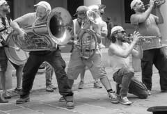 I Musicanti di S. Crispino [Bologna 2016 #13] (Dimi71) Tags: canon film ftb fd fd50mmf14 50mm 50 analog kodak kodakfilm hc110 tx400 trix400 trix bw blackandwhite bn biancoenero selfdeveloped selfdevelop selfdeveloping vintagecamera