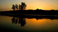Por do sol na praia - Ilha Comprida (marcusviniciusdelimaoliveira) Tags: ilhacomprida ilha pedrinhas reflexo praia mar arvores entardecer pordosol