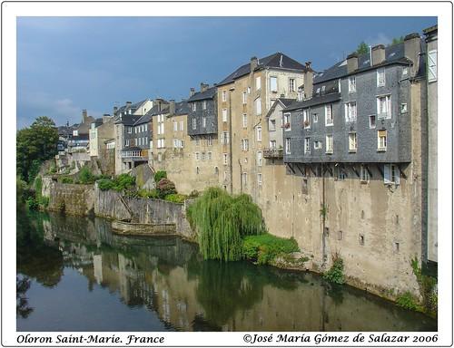 Reflejo en las aguas de río Aspe. Oloron saint-Marie. Francia