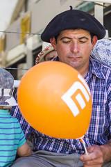 Orange Ballon (Alvimann) Tags: alvimann canon canoneos550d canon550d canoneos gente man men people hombre male hombres hat hats sombrero sombreros boina boinas beret ballon ballons globo globos portrait retrato retratos portraits