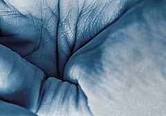 plieges (hurasima) Tags: blue color texture textura rayas lines azul hand ride skin stripes main palm bleu mano forms formas pied palma wrinkles crease footprint peau paume lineas haut huella fus piel   falte runzel textur     plieges