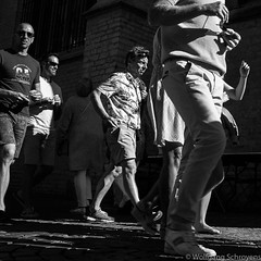 20160815-naamloos12.jpg (Woolfingale) Tags: square street 1x1 zomer 2016 sonya7 chiaroscuro contrast schaduwen lenzen negspace mensen lrcc zwartwit minoltamd3570f35 horizontaal zw seizoenen beweging