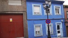 27-10-15a 048 (Jusotil_1943) Tags: 271015a porton ventanas rejas farolas seales trafico azul fachada persianas