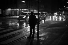 rush hour (nicolasheinzelmann) Tags: schnee winter bw digital schweiz switzerland abend flickr december sw bern rushhour autos dezember schwarzweiss verkehr regen lichter trottoir passant dunkelheit canonef50mmf14usm fussgnger gehsteig schneeflocken schneien hauptverkehrszeit canoneos5dmarkii 5dmkii nicolasheinzelmann 20dezember2012