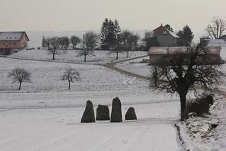 Vier Menhire von Corcelles - près - Concise ( Findling / Erratier ) im Winter mit Schnee / Snow in Corcelles - près - Concise am U.fer des N.euenburgersee im Kanton Waadt / Vaudt in der Schweiz