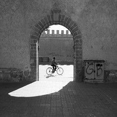(atomareaufruestung) Tags: africa door old abandoned bike bicycle silhouette wall backlight port sunrise vintage surf harbour alt january surfing atlantic enero morocco afrika archway atlanticocean essaouira marokko gegenlicht morgens 2013 imsouane assawirah