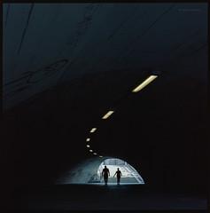 """""""Wir glauben, dass wir die Menschen, die uns nahestehen, immer besser kennen, aber die Zeit bringt sehr viel Ungewusstes als Gewusstes mit sich, man kennt vergleichsweise immer weniger, der Schattenbereich wird immer größer."""" (Konrad Winkler) Tags: berlin brücke tunnel passanten kodakportra160 mittelformat 6x6 hasselblad503cx epsonv800 zitatjaviermarías"""