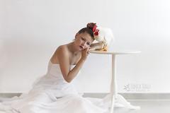 Blanco (Sonia Valle Foto) Tags: whithe blanco chica girl portrait luz gallo bird