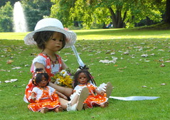 Romantische Stunde im Park ... (Kindergartenkinder) Tags: dolls himstedt annette kindergartenkinder park garten hortensien blume personen gruppenfoto kind outdoor milina leleti