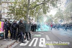 Manifestation pour l'abrogation de la loi Travail - 15.09.2016 - Paris - IMG_7910 (PM Cheung) Tags: loitravail paris frankreich proteste mobilisationénorme cgt sncf euro2016 demonstration manifestationpourlabrogationdelaloitravail blockaden 2016 demo mengcheungpo gewerkschaftsprotest tränengas confédérationgénéraledutravail arbeitsmarktreform lesboches nuitdebout antagonistischenblock pmcheung blockupy polizei crs facebookcompmcheungphotography polizeipräfektur krawalle ausschreitungen auseinandersetzungen compagniesrépublicainesdesécurité police landesweitegrosdemonstrationgegendiearbeitsmarktreform loitravail15092016 manif manifestation démosphère parisdebout soulevetoi labac bac françoishollande myriamelkhomri esplanadeinvalides manifestationnationaleàparis csgas manif15sept manif15 manif15septembre manifestationunitairecgt fo fsu solidaires unef unl fidl république abrogationdelaloitravail pertubetavillepourabrogerlaloitravaille