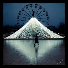 La passante (Joce.V) Tags: dijon illuminations pluie bourgogne reflets granderoue placedelarpublique ctedor