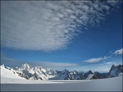 "A classic vision of the ""Valle Blanche"" (__Tristan__) Tags: blue sky white mountain france mountains clouds chamonix valleblanche aiguilleverte grandesjorasses massifdumontblanc coldugant"