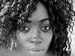 Jeannette n'est pas une modèle, mais un ange de rue (Paolo Pizzimenti) Tags: film 50mm noir paolo femme olympus yeux dxo f2 fille zuiko visage argentique regard e5 lèvres cheveux frisés