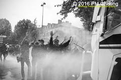 Manifestation nationale à Paris contre la Loi travail - 14.06.2016 – Paris (FR) – IMG_4940 (PM Cheung) Tags: loitravail paris frankreich proteste mobilisationénorme cgt sncf euro2016 demonstration manifestationnationaleàpariscontrelaloitravail 14062016 blockaden 2016 demo mengcheungpo gewerkschaftsprotest tränengas wasserwerfer confédérationgénéraledutravail arbeitsmarktreform lesboches nuitdebout antagonistischenblock pmcheung blockupy polizei crs facebookcompmcheungphotography polizeipräfektur krawalle ausschreitungen auseinandersetzungen compagniesrépublicainesdesécurité police landesweitegrosdemonstrationgegendiearbeitsmarktreform loitravail14062016 manif14juin manifestation démosphère parisdebout soulevetoi labac bac françoishollande myriamelkhomri esplanadeinvalides manifestationnationaleàparis manif csgas molotowcocktail molotov blackwhite schwarzweis bw