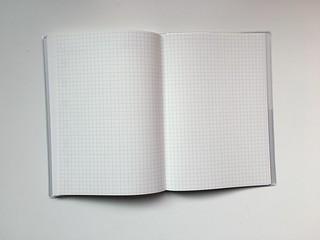 最後面附了方格眼記事頁@2017無印良品PVC封面滑順月週記事本