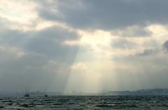 Haz de luz (alfonsocarlospalencia) Tags: halo luz baha santander cantabria reflejos divino barcos nubes azul blanco misterio siluetas sombras agua mar