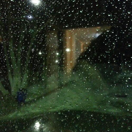 Идет дождь.