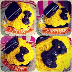 Giant Cupcake!! #ps3 #sweetcakesstore #sweetcakes #lecheria #puertolacruz #bakery #cupcakery #giantcupcakes #cupcakes #cute #cakes #minicakes #delicious #yummy #photooftheday #instagramers #3000followers (Sweet Cakes Store) Tags: cakes giant square de psp cupcakes yummy y venezuela tienda cupcake squareformat rosas playstation crema gigante torta fondant tortas ps3 playstation3 lecheria mantequilla sweetcakes ponques iphoneography instagramapp xproii uploaded:by=instagram sweetcakesstore sweetcakesve
