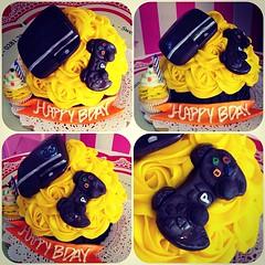 Giant Cupcake!! #ps3 #sweetcakesstore #sweetcakes #lecheria #puertolacruz #bakery #cupcakery #giantcupcakes #cupcakes #cute #cakes #minicakes #delicious #yummy #photooftheday #instagramers #3000followers (Sweet Cakes Store) Tags: cakes giant square de psp cupcakes yummy y venezuela tienda cupcake squareformat rosas playstation crema gigante torta fondant tortas ps3 playstation3 lecheria mantequilla sweetcakes ponques iphoneography instagramapp xproii uploaded:by=instagram sweetcakesstore sweetcakesve
