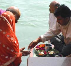 Vendor of floats (bokage) Tags: india bath hindu hinduism pilgrim ganga ganges ghat haridwar hardwar uttarakhand harkipairi