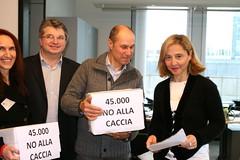 45.000 firme contro la caccia consegnate al Parlamento europeo (Andrea Zanoni) Tags: marzo caccia 2013 nocaccia 45000firme movimentovegetariano
