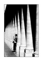 (INSTANT EPHEMERE) Tags: photo noir et blanc touriste asiatique colonnes jardin du louvre paris lignes jeu ombres