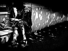 il venerdi 5 (G e e n o) Tags: streetphotography street strada bn bw blackandwhite blackandwhitephotography black ombre shadows donna letture venerdi friday magazine iphone 6s giornali read