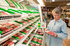 d2590-1 (USDAgov) Tags: unitedstates beef supermarket meat pork research ars shopper usda meatcolor