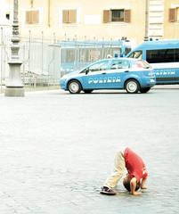 a testa in gi forse (Sara Fasullo) Tags: street city roma yoga child polizia bambino gi atestaingi