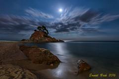 Nits d'estiu. (Ernest Bech) Tags: catalunya girona platjadaro baixempord llums lluna moon cala nuvols clouds night nocturna