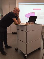 """Jan präsentiert seinen Entwurf für die """"Rose Expose"""" Homepage."""
