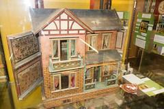 Antique dollhouse with open wing (quinet) Tags: belgien belgique belgium brussels brusselstoymuseum bruxelles brssel lemusedujouetdebruxelles spielzeug jouets toys