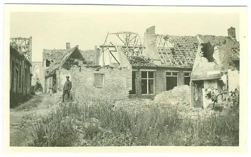 Jean Pecher in een verwoest dorp (Lo ?), november 1915 | Jean Pecher in a village in ruins (Lo ?), November 1915