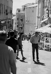 Caminante no hay camino (andyliar94) Tags: social retrato monocromo blanco negro monocromatico calle street city sunday humor mood amateur instant moment captura rastro madrid la latina people
