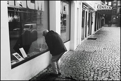 Fado XXVI: Fazendo a cunha (Sator Arepo) Tags: leica urban blackandwhite ski portugal shop 35mm streetphotography porto summilux snowplough oporto m9 cunha cua pavestones preasph leicam9