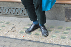 Strand 22aug16 (richardbw9) Tags: london uk england westminster city street urban londonstreetphotography footwear shoe pavement sidewalk blue bluesocks shorttrousers ankleshowing leathershoes bluebag splayed greentrousers strand vintageshoes