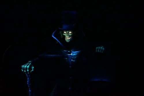 "The Hatbox Ghost of the Haunted Mansion • <a style=""font-size:0.8em;"" href=""http://www.flickr.com/photos/28558260@N04/28943004210/"" target=""_blank"">View on Flickr</a>"