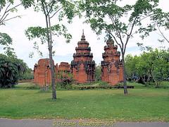 Prasat Sikhoraphum, Surin, in 2009 in the Ancient City, Muang Boran, Samut Prakan, Thailand. (samurai2565) Tags: samutprakan samutprakanprovince thailand ancientsiam ancientcity muangboran sukhumvitroad bangkok lekviriyaphant bangpu