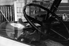 PARCELLE 16-034_20 (gyjishukke) Tags: fourgonrenaultvoltigeur1000kg analog argentique believeinfilm shootfilm noiretblanc cabine ilford delta400 800iso selfdevelopment scanlowdef hc110b 10 20 chien parebrise volant minoltax700 vintage camion 32 bw