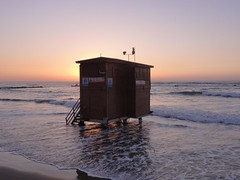 Lifeguard post, Bat Yam beach (dlisbona) Tags: batyam telaviv israel beach seaside holiday vacation vacances mer sea sunset coucherdusoleil soleil sonnenuntergang