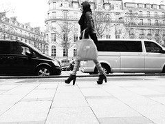 #streetsofparis - Avenue des Champs-lyses (@robson_santos) Tags: street blackandwhite bw paris mobile photography travels champs des avenue fr elysees iphone champslyses streetsofparis avenuedeschampslyses robsonsantos iphoneography uploaded:by=flickrmobile flickriosapp:filter=nofilter