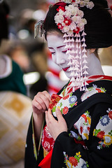Maiko Katsuna (Laruse Junior) Tags: voyage park trip travel portrait beauty japan canon asian temple kyoto shrine market tea maiko geiko geisha 7d kitano teaceremony parc marché japon sanctuary vacance meiko sanctuaire tenmagu plumblossomfestival kitanotenmagushrine katsuna cérémonieduthéfestivaldelafleurdeprune baikasaifestival