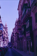 Valletta, august 2014 (Tefilo de Sales) Tags: analog analogic film fuji fujifilm fujixtra400 malta 50mm 35mm expired nikkormatel nikkormat nikon nikkor summer island city valletta capital meditarrean balcony street