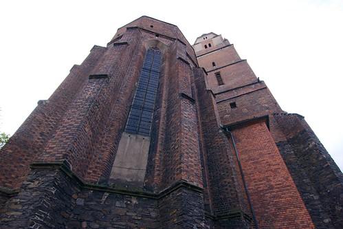 Wieloboczne zakończenie prezbiterium i wieża kościoła św. Jana Ewangelisty w Paczkowie